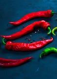 Roodgloeiende Spaanse peperspeper op een achtergrond van heldere hete heet Stock Afbeelding