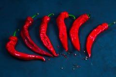 Roodgloeiende Spaanse peperspeper op een achtergrond van heldere hete heet Stock Foto