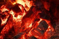 Roodgloeiende steenkolen stock afbeelding