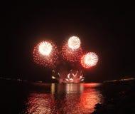 Roodgloeiende vuurwerkvertoning Stock Afbeeldingen