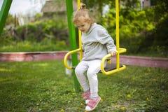 Roodharig meisje die neer uit een babyschommeling komen stock fotografie