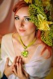 Roodharig meisje met creatieve samenstelling in groene kleuren Royalty-vrije Stock Foto