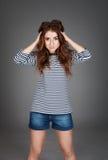 Roodharig meisje met sproeten in de studio Tienermeisje met brig stock foto