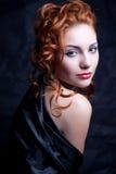 Roodharig meisje in zwarte royalty-vrije stock afbeeldingen
