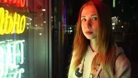 Roodharig mooi meisje alleen in een nachtstad stock videobeelden