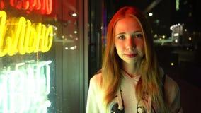 Roodharig mooi meisje alleen in een nachtstad stock video