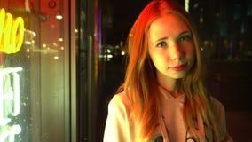 Roodharig mooi meisje alleen in een nachtstad stock footage