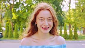 Roodharige Dame emotie Glimlach stock videobeelden