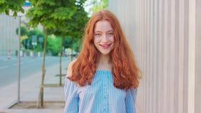 Roodharige Dame emotie Glimlach stock video
