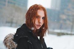 Roodharige in de Sneeuw stock afbeeldingen
