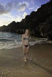 Roodharige in een bikini bij het strand royalty-vrije stock afbeelding