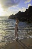 Roodharige in een bikini bij het strand stock foto