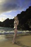 Roodharige in een bikini bij het strand stock afbeelding