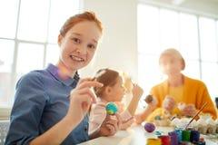 Roodharige Meisje het Schilderen Eieren voor Pasen royalty-vrije stock foto's