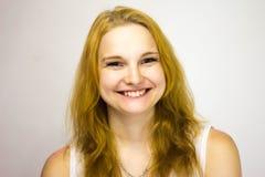 Roodharige meisjesglimlachen wijd bij de camera royalty-vrije stock foto's