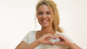 Roodharige mulat die het gebaar van de hartvorm tonen stock videobeelden