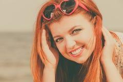 Roodharige volwassen vrouw die op strand liggen Royalty-vrije Stock Foto
