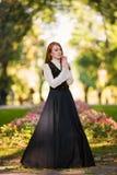 Roodharige vrouw in Victoriaanse uitrusting royalty-vrije stock foto