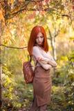 Roodharigemeisje in de herfst stock afbeelding