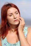Roodharigemeisje die de zomer van zonlicht en kalme wind genieten Royalty-vrije Stock Foto's