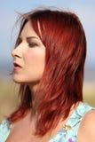 Roodharigemeisje die de zomer van zonlicht en kalme wind genieten bij het overzees Royalty-vrije Stock Afbeeldingen