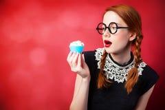 Roodharigemeisje met cupcake stock afbeeldingen