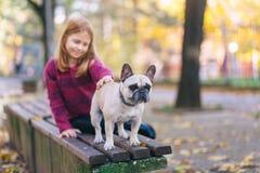 Roodharigemeisje met haar hond royalty-vrije stock afbeeldingen