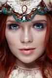 Roodharigemeisje met heldere make-up en grote zwepen Geheimzinnige feevrouw met rood haar De grote ogen en de gekleurde schaduwen Stock Fotografie