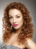 Roodharigemeisje met kapsel en make-up. royalty-vrije stock afbeelding
