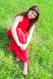 Roodharigemeisje met prachtige vormen in rode uitrusting tijdens fotospruit 4 royalty-vrije stock foto