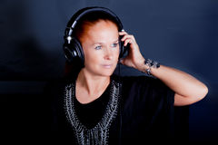 Roodharigevrouw die aan muziek luisteren royalty-vrije stock foto