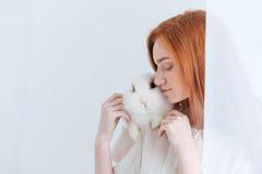 Roodharigevrouw het stellen met konijn Stock Foto's