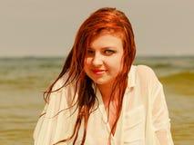 Roodharigevrouw het stellen in water tijdens zomer Royalty-vrije Stock Foto