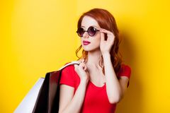 Roodharigevrouw met het winkelen zakken Royalty-vrije Stock Foto's
