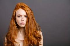 Roodharigevrouw, wimpers, perfecte huid meisje, glanzend golvend haar stock foto's