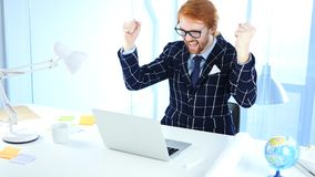 Roodharigezakenman Celebrating Success terwijl het Werken aan Laptop, Opwinding royalty-vrije stock foto's