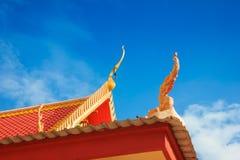 roof det thai tempelet Arkivfoto