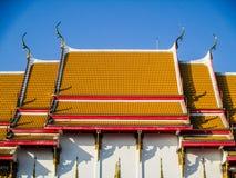 roof det thai tempelet Arkivfoton