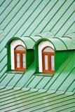 Roof Dormers auf dem Dach, das mit Eisenplatten abgedeckt wird Stockfotografie