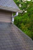 Roof Gosse und Schindeln an einem regnerischen Tag Lizenzfreie Stockfotografie