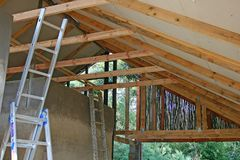 ROOF TRUSSES OF CHALET UNDER CONSTRUCTION Stock Photos