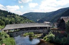 Roofed houten brug in het Zwarte Bos Stock Foto