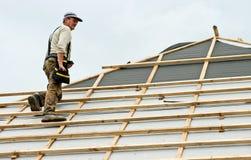Roofer στην εργασία για τη στέγη στοκ φωτογραφία