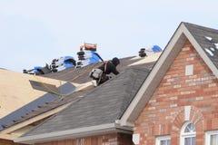 Roofer auf dem Job Stockfoto