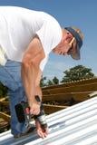 Roofer-Befestigung-Metalldach stockfotos