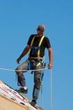 Roofer bei der Arbeit Lizenzfreie Stockfotografie