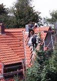 Roofer bei der Arbeit Lizenzfreie Stockbilder