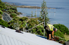 Roofer che ripara un tetto colante Immagine Stock Libera da Diritti
