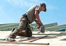 Roofer con el taladro rotatorio Fotografía de archivo libre de regalías