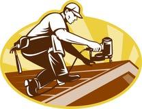 Roofer-Dach-Arbeitskraft, die an Dach arbeitet Lizenzfreies Stockbild